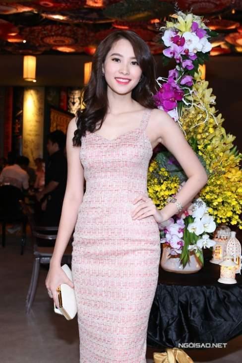 Đặng Thu Thảo cũng chọn váy ôm khít eo để khoe vòng eo gợi cảm khi xuất hiện trước công chúng.