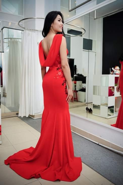 Nguyễn Thị Loan khoe đường cong đẹp với váy đuôi cá