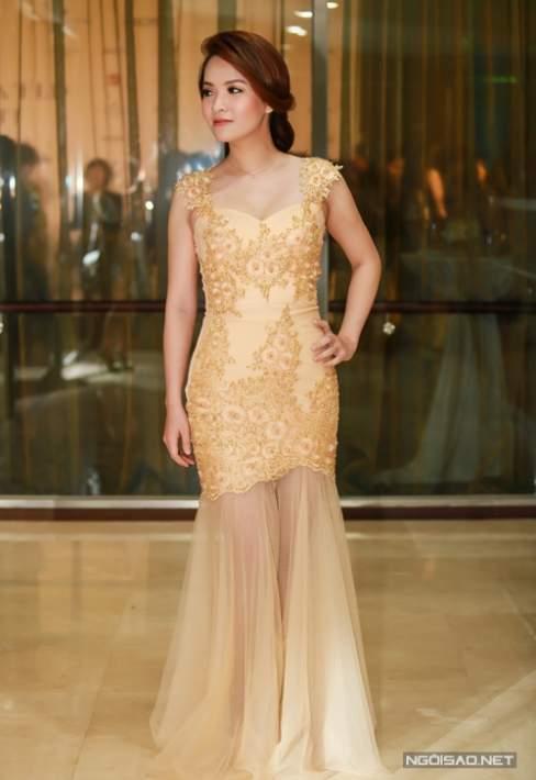 """Đan Lê trở nên gợi cảm và thu hút hơn với mẫu váy dạ hội ánh kim khoe đường cong """"hút mắt""""."""
