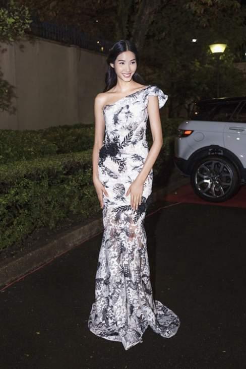 Hoàng Thùy trở nên duyên dáng hơn với mẫu váy dạ hội xuyên thấu