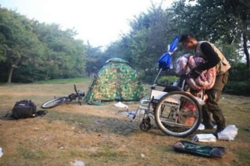 tình yêu, cô gái bạn liệt, chàng trai, tình yêu chân tật, chàng trai đưa bạn gái bại liệt đi du lịch
