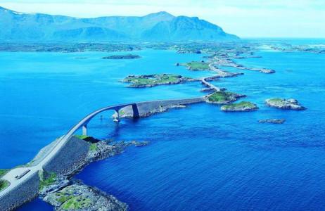 """Đường Atlantic, Na Uy: Con đường trải dài tít tắp cùng cảnh quan tuyệt đẹp chắc chắn sẽ khiến bất cứ ai khi tới nơi này sẽ chỉ """"dính chặt"""" với du lịch đường bộ mà thôi. Bên cạnh đó, đường Atlantic còn được bình chọn là """"Con đường thế kỷ của Na Uy"""" vào năm 2005."""
