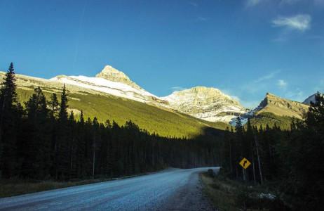 Con đường trong Công viên Kananaskis, Alberta, Canada