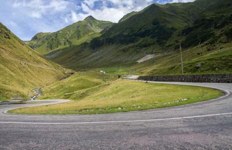 Đường Transfăgărășan, Romania được xếp vào một trong những con đường ấn tượng nhất châu Âu. Con đường dài 90km này xuyên suốt từ Bắc vào Nam.
