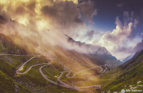 Hình ảnh đường Transfăgărășan, Romania huyền ảo trong mây mù.
