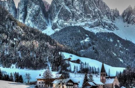 Được bao quanh bởi dãy Alps chạy qua Italy, Funes mỗi khi đông về lại khoác lên mình một tấm áo mới trắng muốt và lấp lánh màu tuyết bạc.