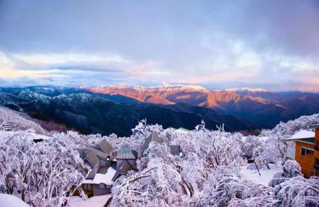 Thị trấn trên núi Buller là một trong những nơi hiếm hoi ở Australia thường xuyên thấy tuyết rơi. Khu vực tuyết phủ trắng xóa này rất nổi tiếng với những người trượt tuyết, leo núi và cả những nhiếp ảnh gia yêu thích cái đẹp của tuyết lạnh.