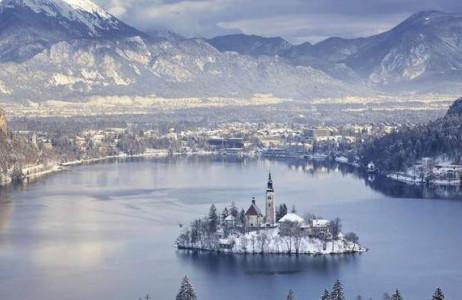 Thị trấn sở hữu phong cảnh đẹp như tranh vẽ và ẩn mình bên những dãy núi phủ đầy tuyết trắng này có tên là Bled thuộc Slovenia.