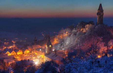 Thị trấn Stramberk ở Czech nằm trên sườn một ngọn đồi có rừng cây bao quanh, phía đỉnh đồi là tòa tháp cổ rêu phong.