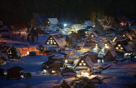 Shirakawa-go là một thị trấn lâu đời ở Nhật, được biết đến với những mái nhà dốc dài để tránh tuyết dày làm sập mái.