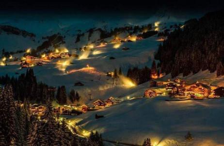 Damüls là nơi có tuyết rơi dày hàng năm, được xếp vào danh sách điểm đến có nhiều tuyết nhất châu Âu. Thị trấn nhỏ tại Áo này hàng năm đón nhiều lượt khách ghé thăm để chơi các môn thể thao mùa đông.