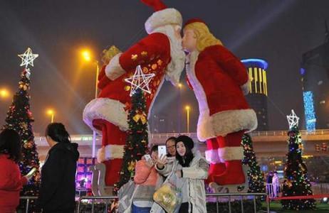 Cặp ông bà già Noel cao hơn 8m đang hôn nhau là điểm nhấn của mùa Giáng sinh năm nay ở thành phố Taiyuan, tỉnh Sơn Tây, Trung Quốc.