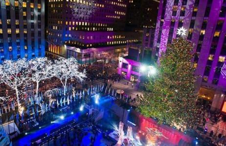 Cây thông Giáng sinh ở trung tâm Rockefeller tại thành phố New York, Mỹ năm nay được thắp sáng bằng 45.000 bóng đèn LED đủ màu sắc với ngôi sao được ghép từ các mảnh pha lê trên đỉnh.