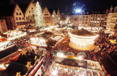 Hàng trăm người tập trung tại quảng trường Romerberg ở thành phố Frankfurt của Đức để tham dự hội chợ Giáng sinh lớn nhất trong năm.