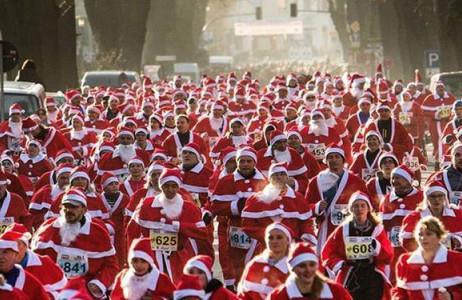 Hàng trăm người trong trang phục Ông già Noel tham gia cuộc chạy thi maraton thường niên vào dịp Giáng sinh ở thành phố  Michendorf, Đức.