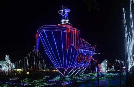 Đèn Giáng sinh cầu kỳ hình chiếc thuyền được trung bày trên sông Medellin ở Colombia hôm 11.12.