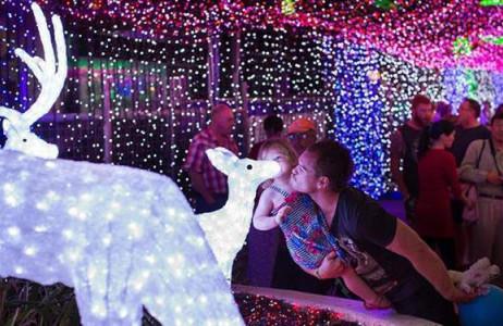 Mùa Giáng sinh năm 2014, Canberra đã phá vỡ kỷ lục thế giới về nơi có màn trình diễn đèn LED lớn nhất. Buổi trình diễn trên cũng được ban tổ chức gây quỹ ủng hộ chống lại chứng đột tử cho trẻ sơ sinh.