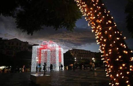 Hộp quà Giáng sinh độc đáo làm bằng ánh sáng ở thành phố Lisbon của Bồ Đào Nha.