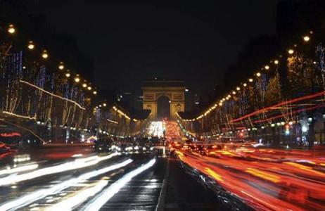 Đường phố Paris đông đúc hơn bình thường và ấm áp dưới sắc màu Giáng sinh.
