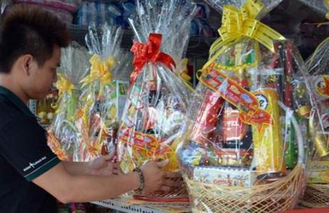 Người người, nhà nhà chọn mua những giỏ quà bánh thời thượng để biếu tặng.