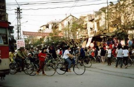 Khu phố Hàng Ngang, Hàng Đào những ngày gần Tết thời kì bao cấp luôn tấp nập, nhộn nhịp người đi sắm Tết.