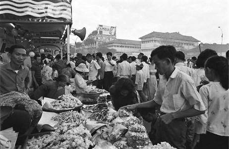 Chợ tết Sài Gòn cũng không kém phần đông vui.
