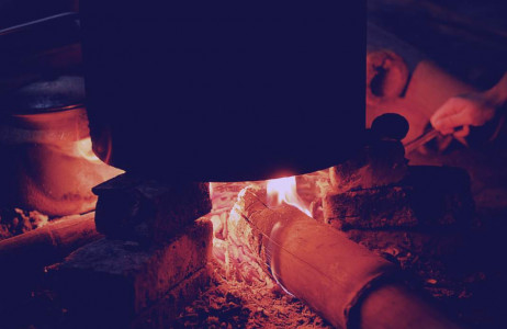 Người người, nhà nhà quây quần bên bếp lửa, háo hức mong chờ mẻ bánh của cả năm.