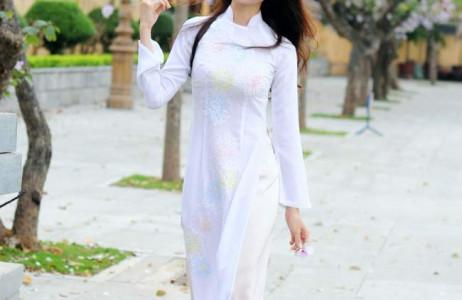 Mỹ Linh chọn áo dài trắng để tạo dáng cùng loài hoa đặc trưng của vùng núi Tây Bắc.