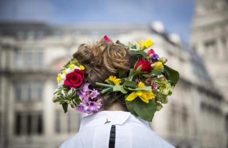 Những thành viên tổ chức The Druid Order cài hoa lên tóc trong buổi lễ mùa xuân diễn ra tại Tower Hill, London, Anh ngày 20/3.