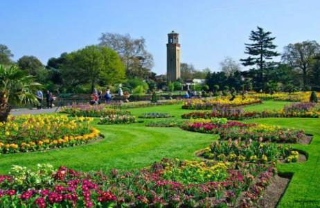 Nếu có dịp đến Anh vào mùa xuân, bạn không thể bỏ qua khu vườn Hoàng gia Kew ở London nơi có những khu vườn hoa xuân tuyệt đẹp. Được xây dựng từ năm 1759, khu vườn hiện đã được mở rộng lên đến 132ha với hơn 50.000 loài thực vật đa dạng và trên 7 triệu mẫu cây khô, đây cũng là bộ sưu tập mẫu cây khô lớn nhất thế giới.