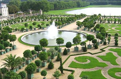 Nằm ở phía Tây cung điện tráng lệ Versailles (Pháp), vườn Versailles được xem là một trong những khu vườn đáng tham quan nhất thế giới. Đây là khu vườn quý tộc với những kiến trúc điêu khắc tuyệt đẹp và những cây cảnh được cắt tỉa, sắp đặt khéo léo tạo thành một khung cảnh vô cùng ấn tượng.