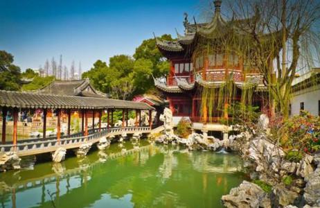 Yuyuan Garden (Trung Quốc) được xây dựng từ thời nhà Minh là nơi tuyệt đẹp để bạn có thể trải nghiệm khi đến Trung Quốc. Vào mùa xuân, tại đây còn tổ chức lễ hội đèn lồng nơi bạn có thể ngắm nhìn khung cảnh tuyệt đẹp của ánh sáng và những khu vườn thượng uyển như mơ.