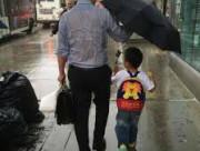 Bức ảnh bố, ướt sũng khi che ô cho con , cửa sổ tình yêu.
