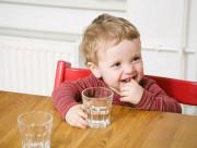 trẻ uống nước, uống nước, tập uống nước cho trẻ