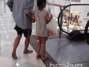 bố và con gái  ,   người bố dắt tay con gái