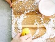 mẹo nhà bếp với muối, làm sạch chảo, khử trùng thớt gỗ, làm sạch trứng vỡ, thông tắc cống, cua so tinh yeu