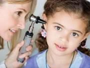 trẻ em, trẻ nhỏ, viêm tai giữa, ống tai, kháng sinh, thuốc nhỏ tai, bác sĩ, khám bệnh, bịt tai