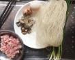 Không phải xào hay nấu, làm miến chiên vàng giòn bên ngoài, mềm thơm bên trong thế này, cả nhà vừa ăn vừa tấm tắc