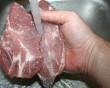 """HIV có thể lây nhiễm khi """" rửa thịt lợn"""" hay không ?"""