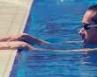 Va quệt lưng vào bể bơi có làm cho HIV bị lây nhiễm hay không ?