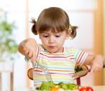 tập cho bé ăn rau, bé lười ăn rau, táo bón, thiếu vitamin