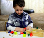 trẻ tự kỷ, tự kỷ, dấu hiệu, nhận biết, trẻ nhỏ, trẻ lớn