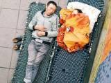 Hai cha con, ngủ vỉa hè, đông hà nội, cửa sổ tình yêu.