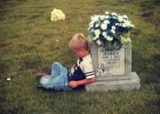 anh em, sinh đôi, ngồi cạnh, mộ, kể chuyện cho em
