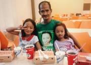 người cha nghèo, đưa hai con ăn gà rán, tình cha con, nghèo khó
