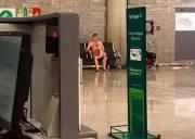 chuyện lạ, hành khách khỏa thân, bí ẩn, sân bay, cua so tinh yeu