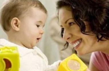 trẻ tháng thứ 9, phát triển vận động, phát triển ngôn ngữ, khả năng thích ứng của trẻ, hành vi giao tiếp, vận động thô, vận động tinh