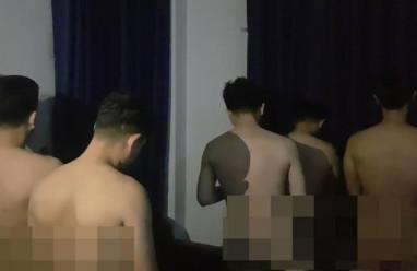 """Phát hiện 33 người đàn ông """"không mảnh vải che thân"""" tại một công ty bí ẩn"""