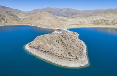 Thầy tu cô độc nhất thế giới, sống một mình giữa hồ ở Tây Tạng
