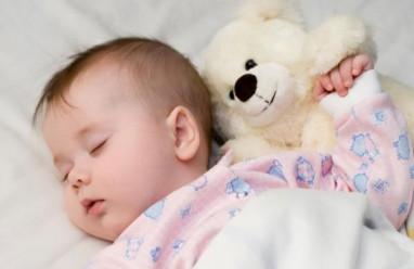 trẻ 2 tháng tuổi, thay đổi về thể chất, sự phát triển về giao tiếp, giấc ngủ, giác quan, tính hướng ngoại